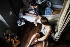 Les randonneurs caucasiens dans la pension ont partagé la pièce de lit Photos libres de droits