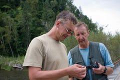 Les randonneurs contrôlent le mode d'opération du talkie-walkie Images libres de droits