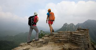 Les randonneurs de femmes apprécient la vue sur le dessus de la Grande Muraille image stock
