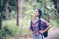 Les randonneurs de jeunes femmes le temps Relax sur le concept de vacances voyagent en FO Photographie stock libre de droits