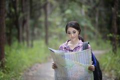 Les randonneurs de jeunes femmes regardant la carte et détendent le temps en vacances concentré Photographie stock