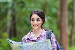 Les randonneurs de jeunes femmes regardant la carte et détendent le temps en vacances concentré Photo stock