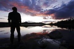 Les randonneurs le silhouettent région sauvage de la Suède Image stock