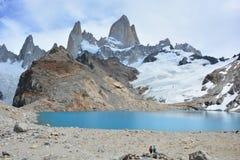 Les randonneurs non identifiés devant Fitz Roy font une pointe en parc national de visibilité directe Glaciares, EL Chaltén, Arg Images libres de droits