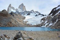 Les randonneurs non identifiés devant Fitz Roy font une pointe en parc national de visibilité directe Glaciares, EL Chaltén, Arg Photographie stock libre de droits