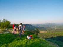 Les randonneurs observent le terrain Photos stock
