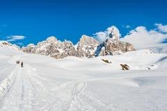 Les randonneurs s'approchent de pâle de San Martino, dolomites, Italie images stock