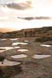 Les randonneurs s'approchent des regroupements de roche Images libres de droits
