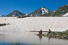 Les randonneurs s'approchent du lac. Photographie stock