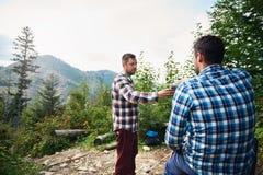 Les randonneurs se reposant sur une forêt traînent le café potable Photo stock