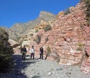 Les randonneurs supérieurs et le sable aztèque lapident la formation de roche Photographie stock