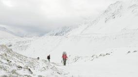 Les randonneurs sur Larke passent au Népal, altitude de 5100m Secteur de voyage de circuit de Manaslu banque de vidéos