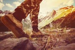 les randonneurs vont le long de l'arête de montagne Photographie stock libre de droits