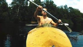 Les rangées d'homme avec un aviron clips vidéos