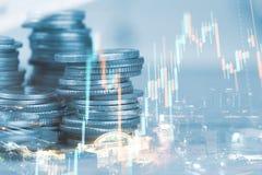 Les rangées de la pièce de monnaie et le graphique du marché boursier commercent images stock