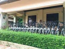 Les rangées des bicyclettes, les bicyclettes blanches sont disponibles pour le loyer dans un parking Un concept de transport favo photo libre de droits