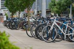 Les rangées des bicyclettes se sont garées à l'entrée à OHSU photos libres de droits