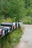 Les rangées des boîtes de courrier repose le becide une route de passage de Mountian photo stock