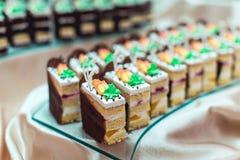 Les rangées du dessert différent durcit sur la friandise photographie stock