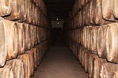 Les rangées du grand chêne barrels dans une cave foncée Usine pour le produc photographie stock