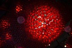 Les rangées rouges du vintage dénomment les pots rouges en verre de boisson transparente vide Photo libre de droits