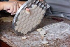 Les ravioli sous la forme en métal, retirent Photographie stock libre de droits