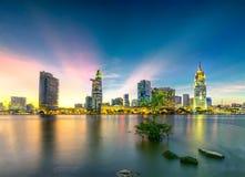Les rayons de soleil de ville de rive opacifie dans le ciel à la fin du jour Photos libres de droits