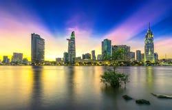 Les rayons de soleil de ville de rive opacifie dans le ciel à la fin du jour Image stock