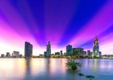 Les rayons de soleil de ville de rive opacifie dans le ciel à la fin du jour Photographie stock