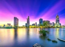 Les rayons de soleil de ville de rive opacifie dans le ciel à la fin du jour Photo stock