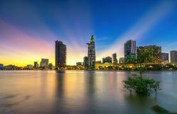Les rayons de soleil de ville de rive opacifie dans le ciel à la fin du jour Photos stock