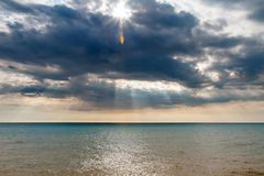 Les rayons du ` s du soleil font leur voie par les nuages image stock