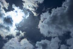 Les rayons du soleil font leur voie par les nuages de tempête Nuages de pluie foncés, tempête orageuse de ciel Les précipitations image stock