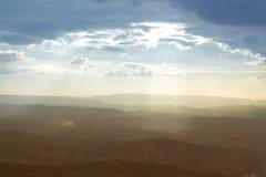 Les rayons sur le ciel bleu, coucher du soleil avec le soleil rayonne Photographie stock libre de droits