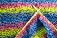 Les rayures colorées ont tricoté la laine avec le plan rapproché de texture de fond d'aiguilles Images libres de droits