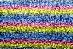 Les rayures colorées ont tricoté le plan rapproché de texture de fond de laine Photos libres de droits