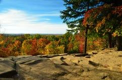 Les rebords donnent sur la vue en automne Photographie stock