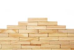Les rectangles en bois ont arrangé différemment au-dessus d'un fond blanc Copiez l'espace Calibre de fond de couverture pour la p photo stock