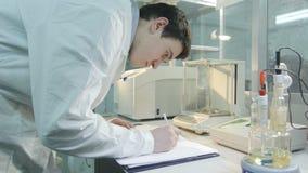 Les regards auxiliaires de vue de côté fait des notes en journal de laboratoire clips vidéos