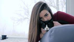 Les relations des personnes et des animaux, fille aux cheveux longs se trouvent avec l'animal familier à l'intérieur sur le fond  banque de vidéos