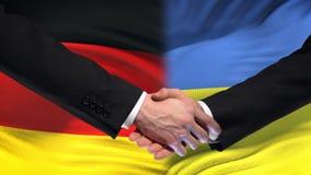 Les relations internationales d'amitié de poignée de main de l'Allemagne et de l'Ukraine marquent le fond banque de vidéos
