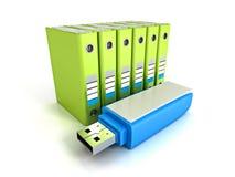 Les reliures à anneaux vertes de bureau avec l'éclair bleu d'usb conduisent Images stock