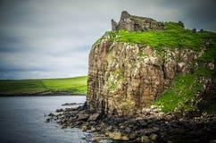 Les remainds de Duntulm se retranchent sur l'île de Skye en Ecosse image stock