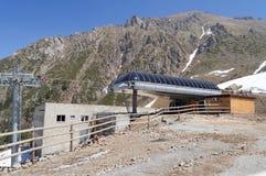 Les remonte-pente postent sur la station de sports d'hiver de Shymbulak Photo stock