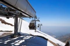 Les remonte-pente postent sur la station de sports d'hiver de Shymbulak Image libre de droits