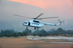 les remplissages d'hélicoptère d'incendie sauvent l'eau de réservoir Photo stock