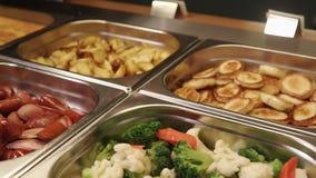 Les repas chauds délicieux sont sur un déjeuner de buffet dans un hôtel, panorama supérieur clips vidéos