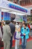 Les repas d'achat de personnes aux plats à emporter modernes cale dans la vieille ville de Nanshi à Changhaï, Chine Photographie stock libre de droits