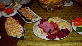 Les repas de buffet sont sur la table clips vidéos