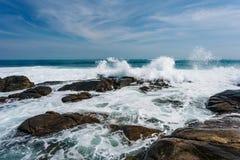 Les ressacs énormes se brisent dans les roches photographie stock libre de droits